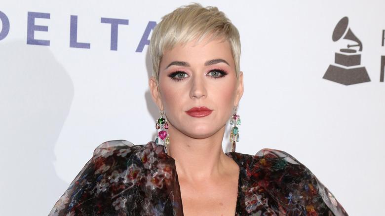 Katy Perry ser streng ut