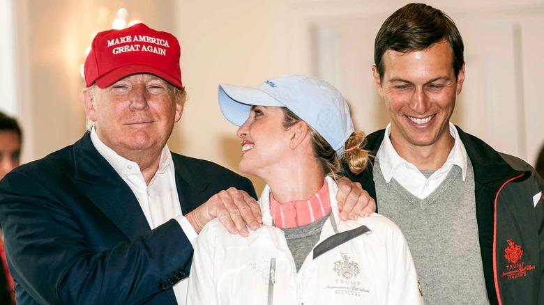 Donald og Ivanka smiler med Jared Kushner