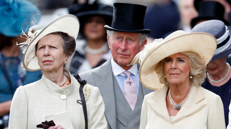 Prinsesse Anne, prins Charles og Camilla Parker Bowles.
