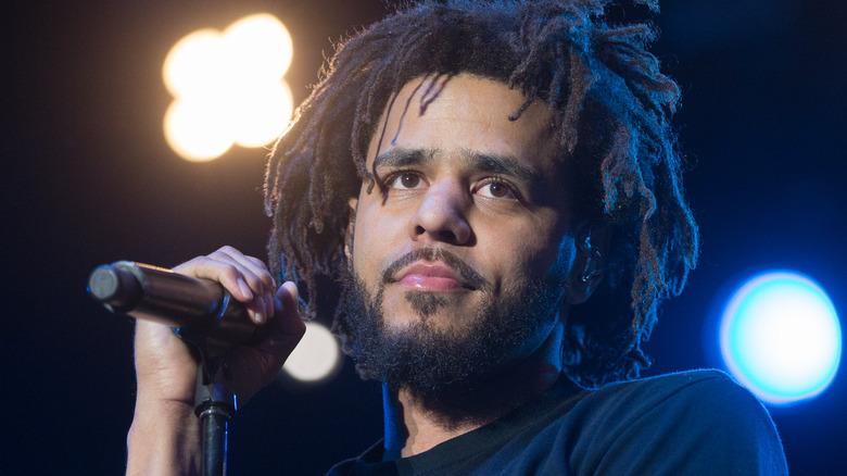 J. Cole ser ut fra scenen