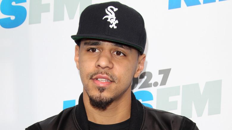 J.Cole iført baseballcap