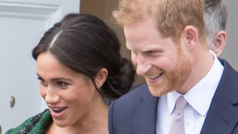 smiler Meghan Markle og prins Harry