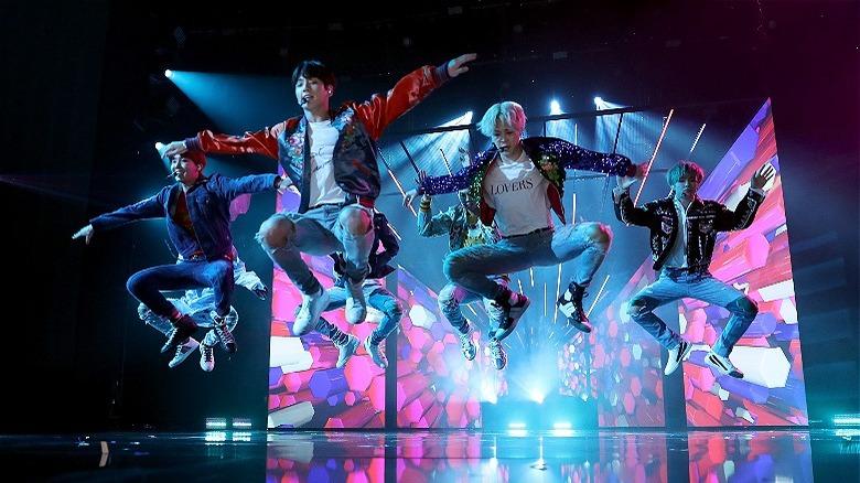 """BTS utfører """"DNA"""" på AMA 2017"""