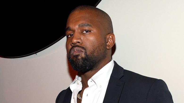 Kanye West poserer mot veggen