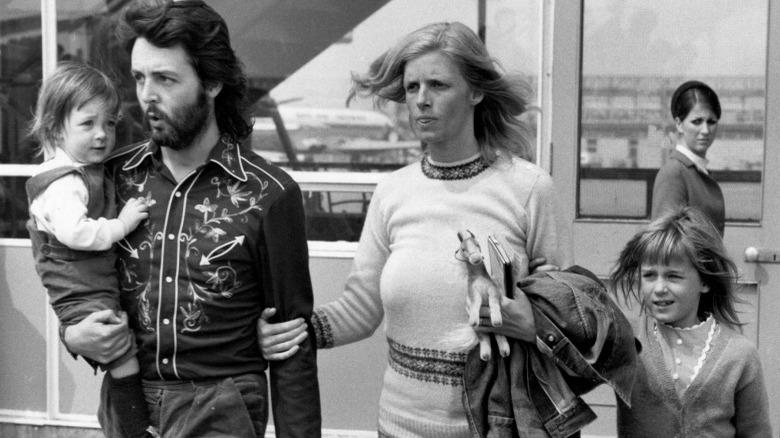 Paul McCartney, med kona Linda og barna Mary og Heather i 1971