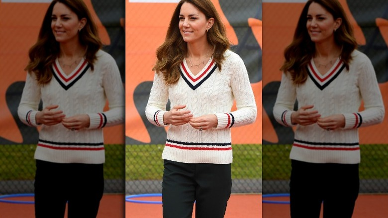 Kate Middleton smiler på tennisbanen