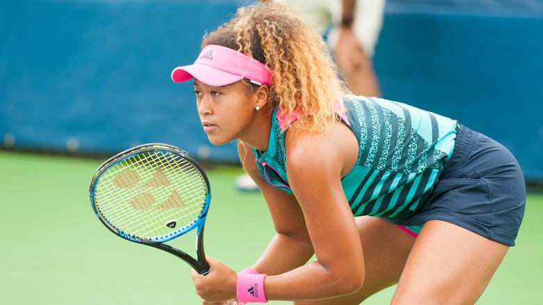 Naomi Osaka gjør seg klar til handling på tennisbanen i 2018