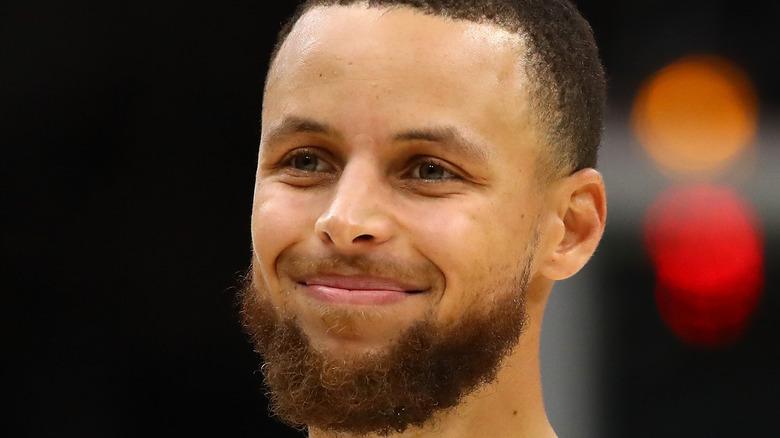 Stephen Curry smiler på banen