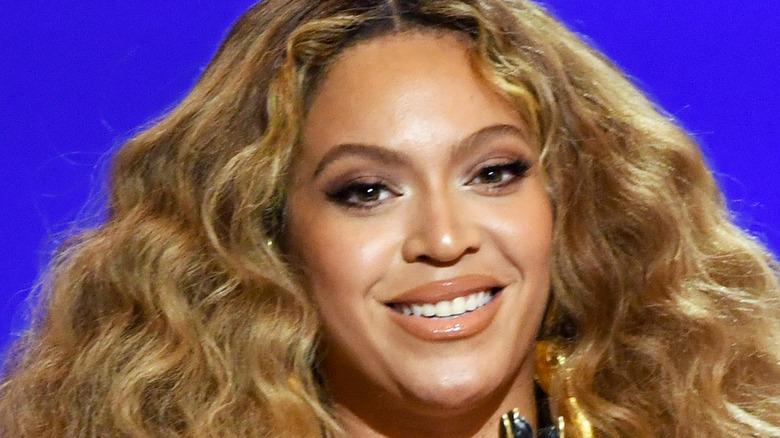 Beyoncé aksepterer prisen for beste rapytelse for 'Savage' på scenen under den 63. årlige GRAMMY-prisen