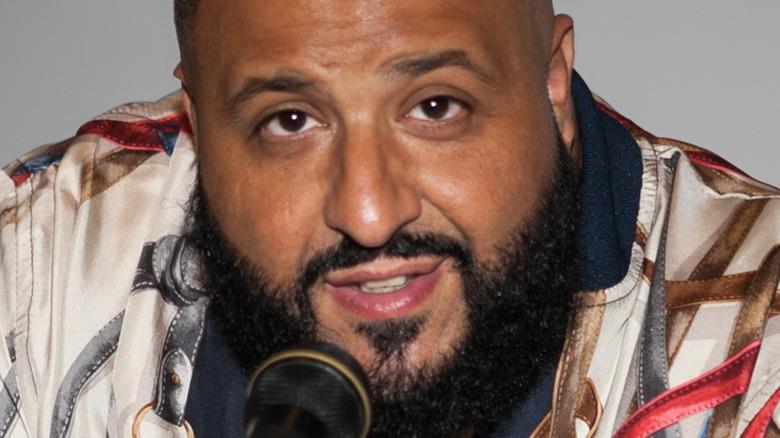 DJ Khaled med mikrofon