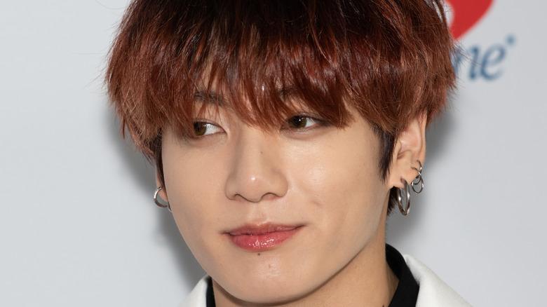 BTSs Jungkook smiler på den røde løperen