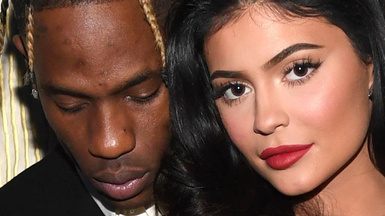 Travis Scott og Kylie Jenner poserer