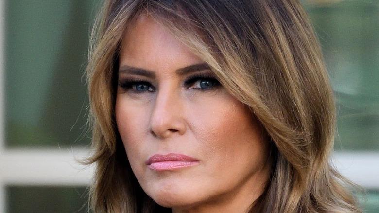 Melania Trump ser seriøs ut