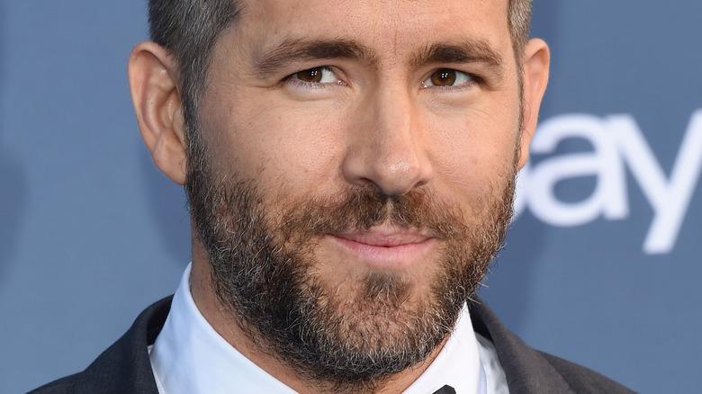 Ryan Reynolds poserer på et arrangement