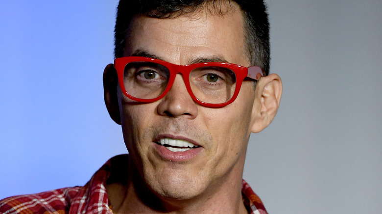 Steve-O, 2020-begivenhet, iført røde briller, ikke ansiktshår, snakker, ser seriøst ut