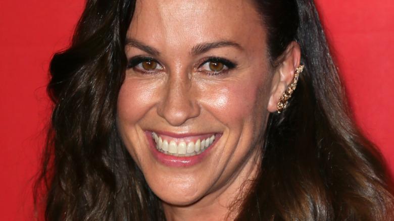 Alanis Morissette smilende