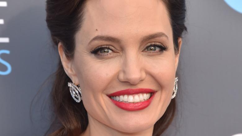 Angelina Jolie smiler i rød leppestift