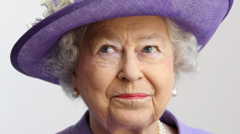 Dronning Elizabeth II i lilla hatt