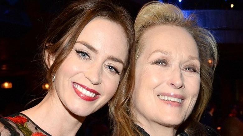 Emily Blunt og Meryl Streep smiler sammen