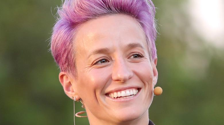 Megan Rapinoe smiler rosa hår