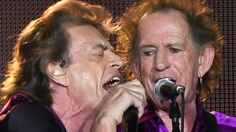 Mick Jagger og Keith Richards synger
