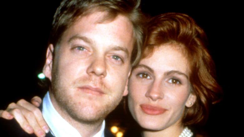 Kiefer Sutherland og Julia Roberts omfavnet i 1991