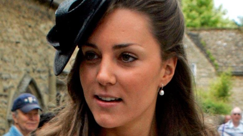 Kate Middleton hadde på seg en svart hatt i 2005