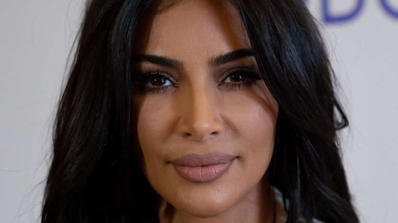 Kim Kardashian hår i øynene