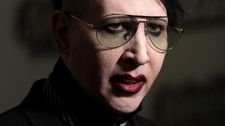 Marilyn Manson synger