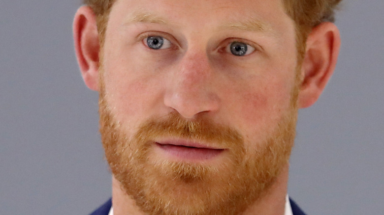 Prins Harry med et nøytralt uttrykk