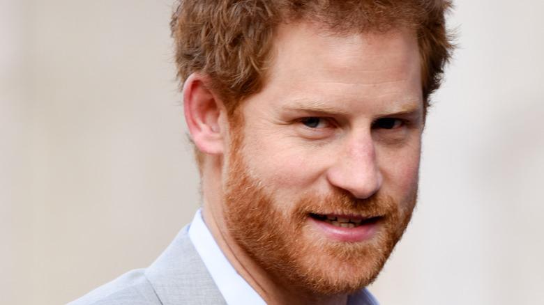 Prins Harry ser på kameraet