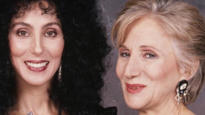 Cher stiller med People's Choice Award og programleder Olympia Dukakis i 1989