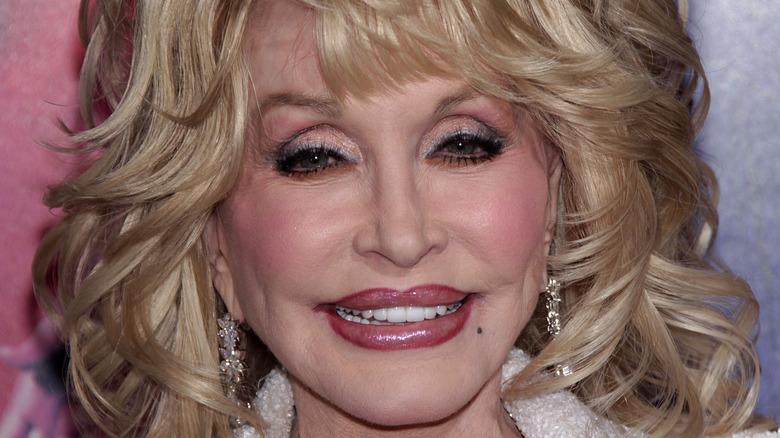 Dolly Parton smiler og ser på kameraet