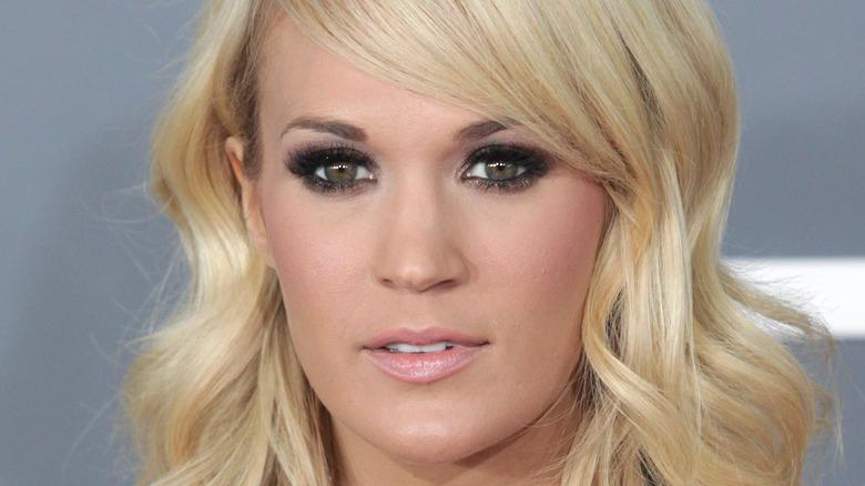 Carrie Underwood med et nøytralt uttrykk
