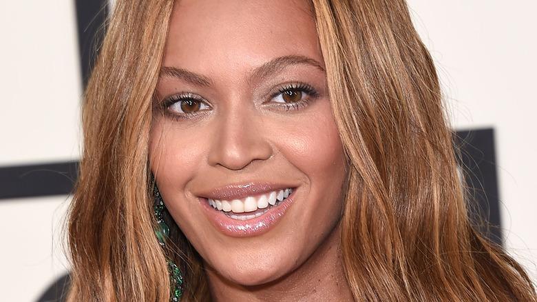 Beyoncé smiler til et arrangement