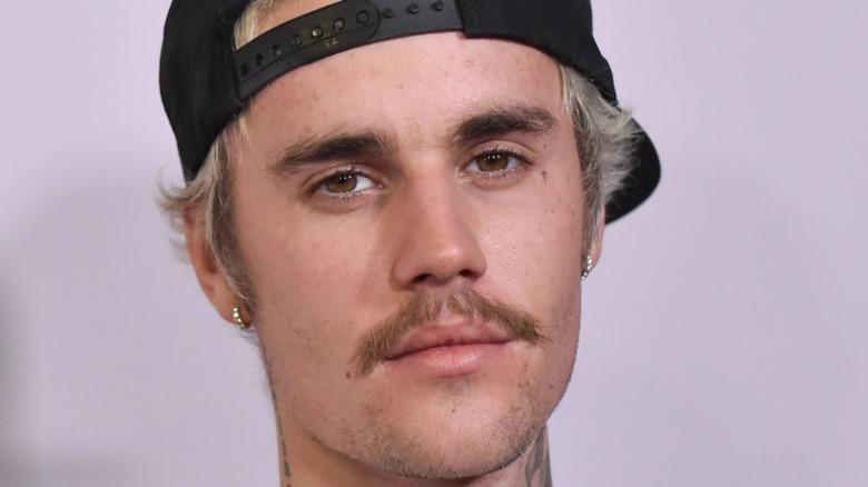 Justin Bieber stirrer foran