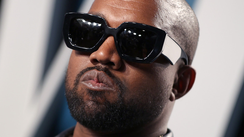 Kanye West iført solbriller