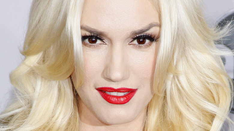 Gwen Stefani poserer i rød leppestift