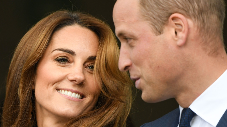 Kate Middleton og prins William smiler