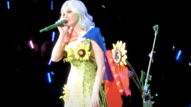 Katy Perry opptrer i solsikke kjole på konsert i Taiwan