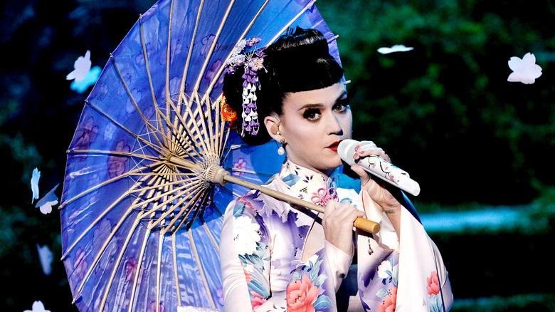 Katy Perry opptrer på scenen under 2013 American Music Awards på Nokia Theatre LA Live