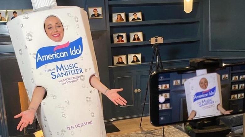 Katy Perry iført en hånddesinfiseringsdrakt under American Idols første fjernteiping