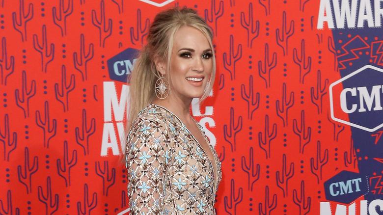 Carrie Underwood smiler på den røde løperen