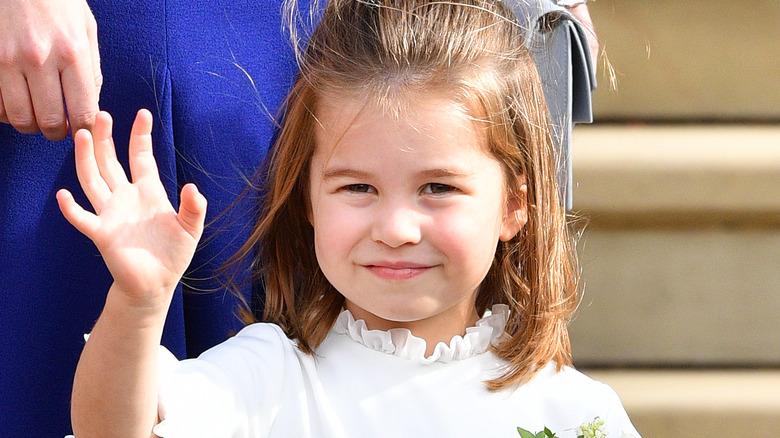 Prinsesse Charlotte vinker