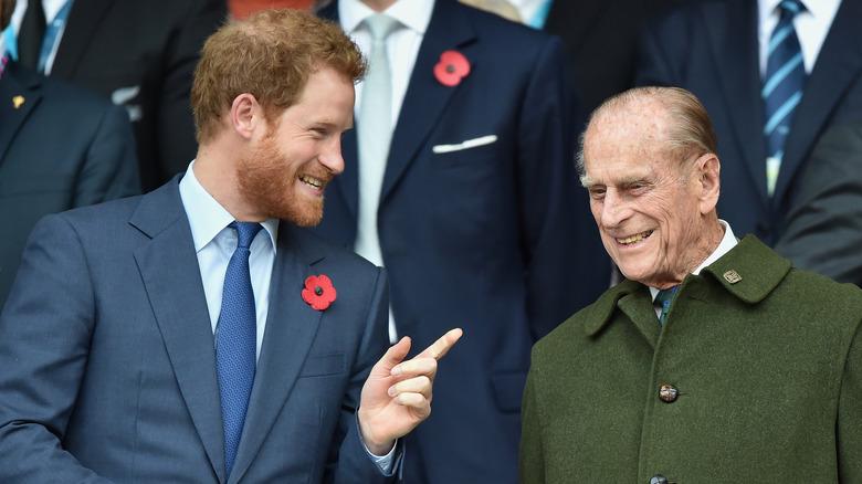 Prins Harry snakker med prins Philip