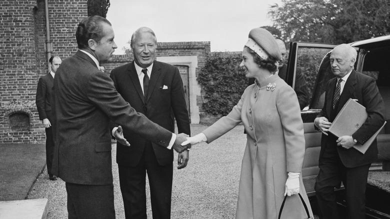 Richard Nixon håndhilser dronning Elizabeth