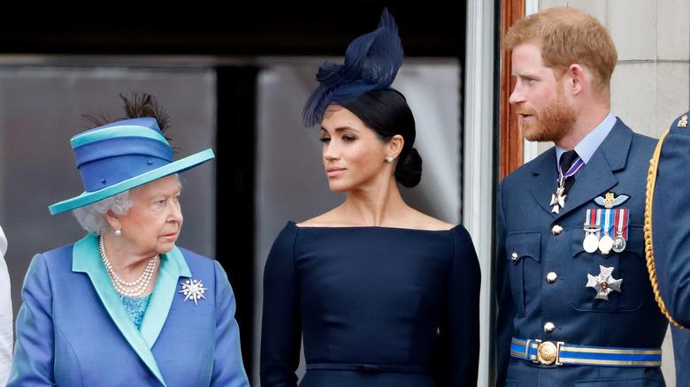 dronning Elizabeth II, Meghan Markle og Prince Harry står side om side