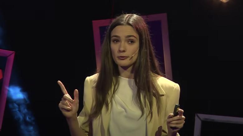 Lorina Kamburova, snakker