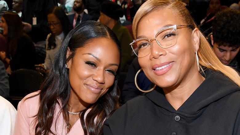 Eboni Nichols og Queen Latifah begge sittende og smilende