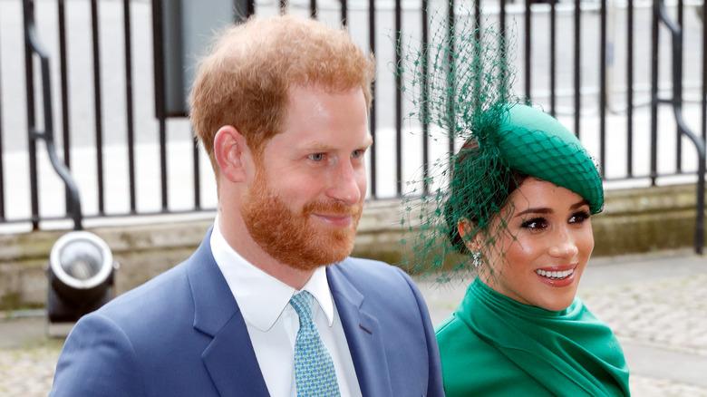 Prins Harry og Meghan Markle smiler og går